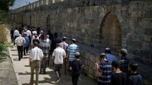 الشرطة ترافق مجموعة من اليهود المتدينين في الحرم القدسي في البلدة القديمة في القدس في 18 يوليو 2017.  (Hadas Parush/Flash90)