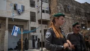جنود إسرائيليون يحرسون 'بيت الماخبيلا' في مدينة الخليل في الضفة الغربية، 26 يوليو، 2017.(Hadas Parush/ Flash90)