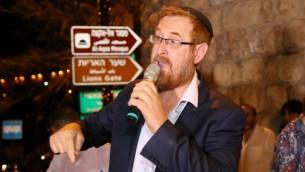 عضو الكنيست يهودا غليك (الليكود) خلال حدث في البلدة القديمة في القدس، يدعو إلى السماح لليهود بالصلاة في الحرم القدسي، 31 يوليو، 2017.  (Gershon Elinson/Flash90)