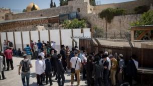 زوار يهود في انتظار دخول الحرم القدسي في البلدة القديمة في مدينة القدس، 1 أغسطس، 2017. (Yonatan Sindel/Flash90)