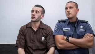 محمد خاروف (من اليسار)، من سكان نابلس، خلال جلسة لتمديد اعتقاله في محكمة الصلح في القدس، 2 أغسطس، 2017. (Yonatan Sindel/Flash90)