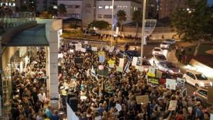 مشاركون في مظاهرة أمام منزل النائب العام أفيحاي ماندلبليت في مدينة بيتح تيكفا، 5 أغسطس، 2017. (Tomer Neuberg/Flash90)