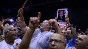 مناصرون لحزب 'الليكود' في مظاهرة لدعم رئيس الوزراء بينيامين نتنياهو، الذي يواجه هو وزجته عددا من التحقيقات الجنائية، تل أبيب، 9 أغسطس، 2017. (Tomer Neuberg/Flash90)
