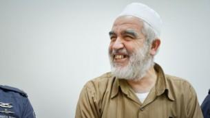 رئيس  الحركة الإسلامية الشمالية في إسرائيل، الشيخ رائد صلاح، يصل إلى محكمة ريشون لتسيون الجزئية في 15 أغسطس 2017. (Avi Dishi/Flash90)