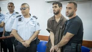 عمر العبد، في الأصفاد، في قاعة محكمة عوفر العسكرية في مدينة رام الله في الضفة الغربية، 17 أغسطس، 2017. (Yonatan Sindel/Flash90)