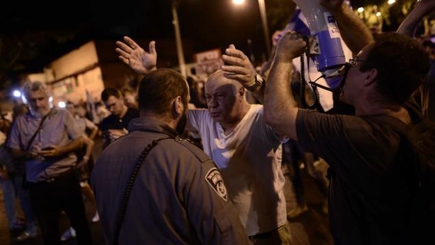 متظاهرون يشاركون في مظاهرة ضد الفساد الحكومي في بيتح تيكفا، 19 أغسطس، 2017. (Tomer Neuberg/Flash90)