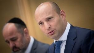 وزير التعليم نفتالي بينيت يحضر اجتماعا للجنة في الكنيست في القدس في 23 أغسطس 2017. (Yonatan Sindel/Flash90)