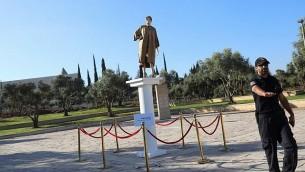 تمثال يصور قاضية المحكمة العليا ميريام ناؤور بالقرب من المحكمة العليا في القدس في 31 أغسطس / آب 2017. (Yonatan Sindel/Flash90)