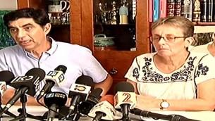 سيمحا وليئا غولدين، والدي الجندي الإسرائيلي هدار غولدين، الذي تحتجز حركة حماس بجثمانه في غزة، خلال مؤتمر صحفي، 27 اغسطس 2017 (Screen capture: Channel 2)