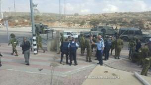 صورة للتوضيح: قوات إسرائيلية في موقع محاولة هجوم طعن مزعومة عند مفرق تبواح في الضفة الغربية، الأربعاء، 19 أكتوبر، 2016. (الشرطة الإسرائيلية)