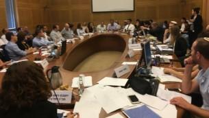 جلسة للجنة الإصلاح في الكنيست حول صناعة الخيارات الثنائية في 31 يوليو.(Times of Israel staff)