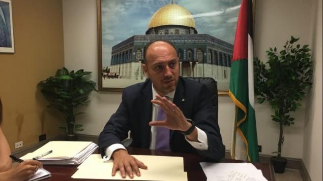 حسام زملط، سفير منظمة التحرير الفلسطينية الى واشنطن، يتحدث مع صحفيين في مكتبه في واشنطن، 17 اغسطس 2017 (Ron Kampeas)
