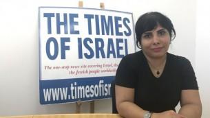الصحافية إيرانية المولد ندى أمين في مكاتب تايمز أوف إسرائيل في القدس، 10 أغسطس، 2017. (Tamar Pileggi/TOI)