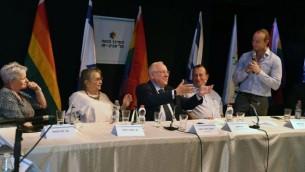 يحضر الرئيس رؤوفن ريفلين، في المركز، مناسبة للاحتفال بالذكرى الثامنة منذ إطلاق النار المميت على المركز المثلي في تل أبيب، 10 أغسطس 2017. (GPO/Mark Neiman)