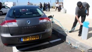 سيارة رينو كهربائية في رمات هاشارون خلال شحنها، إسرائيل. فبراير، 7 2010. (Roni Schutzer/Flash90/Maariv Out)