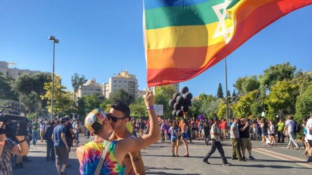 مشاركون في موكب الفخر في القدس، 21 يوليو / تموز 2016. (Sarah Tuttle-Singer/Times of Israel)
