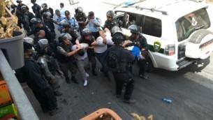 صورة توضيحية: القوات الإسرائيلية تعتقل محتجين فلسطينيين في وادي الجوز، بالقرب من البلدة القديمة في القدس، 21 يوليو، 2017. (Judah Ari Gross/Times of Israel)