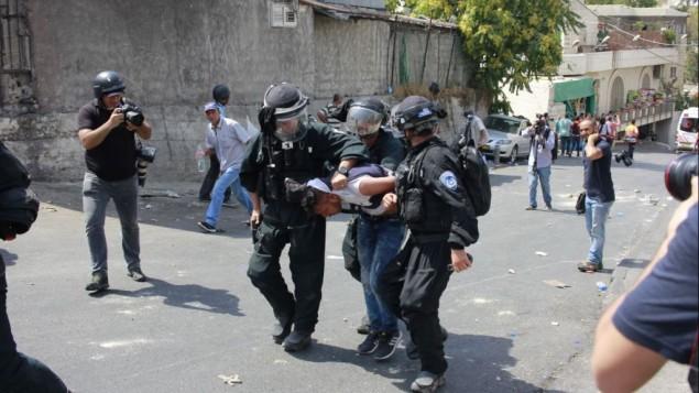 صورة توضيحية: قوات الامن الإسرائيلية تعتقل متظاهر فلسطيني في وادي الجوز، في القدس، 21 يوليو 2017 (Judah Ari Gross/Times of Israel)