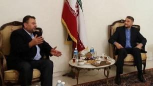 القيادي في حركة 'حماس' صالح العاروري (من اليسار) يلتقي بالمسؤول الإيراني حسين أميرعبد اللهيان في لبنان، 1 أغسطس، 2017. (لقطة شاشة)