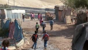 صورة توضيحية: تلاميذ مدرسة في بلدة خان الاحمر البدوية في الضفة الغربية (YouTube screenshot)