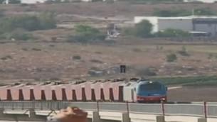قطار شحن خاص يسافر على خط سكة حديد تل أبيب-القدس، 20 أغسطس، 2017. (Channel 2 screenshot)