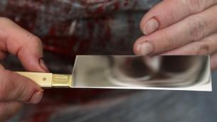 صورة توضيحية: السكين المستخدم في الذبيحة اليهودية، في مسلخ يقع في حي مئا شعاريم اليهودي المتشدد في القدس (Nati Shohat / Flash90)