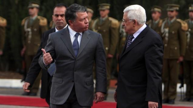 العاهل الاردني الملك عبد الله الثاني يلتقي برئيس السلطة الفلسطينية محمود عباس خلال زيارة الى رام الله، نوفمبر 2011 (Issam Rimawi/Flash90)