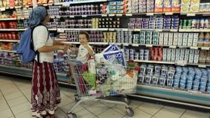 صورة توضيحية: امرأة في متجر رامي ليفي في كتلة عتصيون الاستيطانية (Nati Shohat/Flash90)