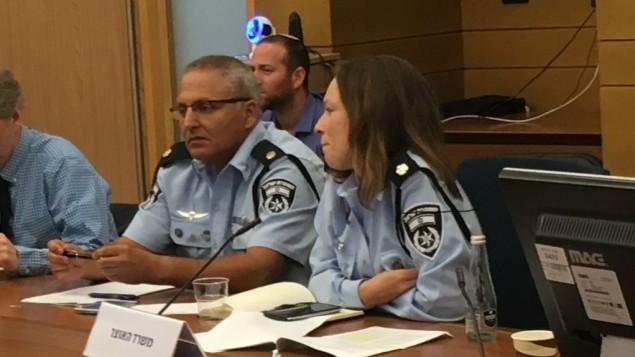 مفتش الشرطة غابي بيتون في جلسة للجنة الإصلاحات في الكنيست مخصصة لمناقشة قضية شركات الخيارات الثنائية في إسرائيل، 2 أغسطس، 2017. (Simona Weinglass/Times of Israel)