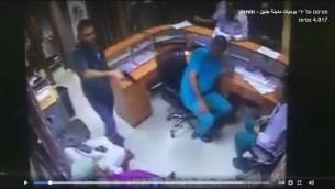 قريب أحد المرضى يستخدم سلاحه في قسم الطوارئ في مستشفى في مدينة جنين، 1 أغسطس، 2017. (Screenshot)