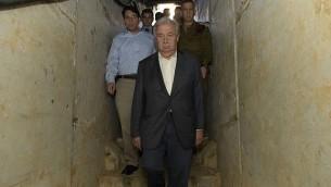 الأمين العام للأمم المتحدة أنطونيو غوتيريش يقوم بجولة في نفق تم حفره من قبل عناصر من حركة 'حماس' تحت الحدود بين قطاع غزة وإسرائيل خلال زيارته إلى المنطقة، 30 أغسطس، 2017. (Israel Defense Forces)