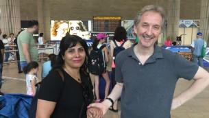 محرر تايمز أوف اسرائيل دافيد هوروفيتس يرحب بندى امين في مطار بن غوريون، 10 اغسطس 2017 (Times of Israel staff)