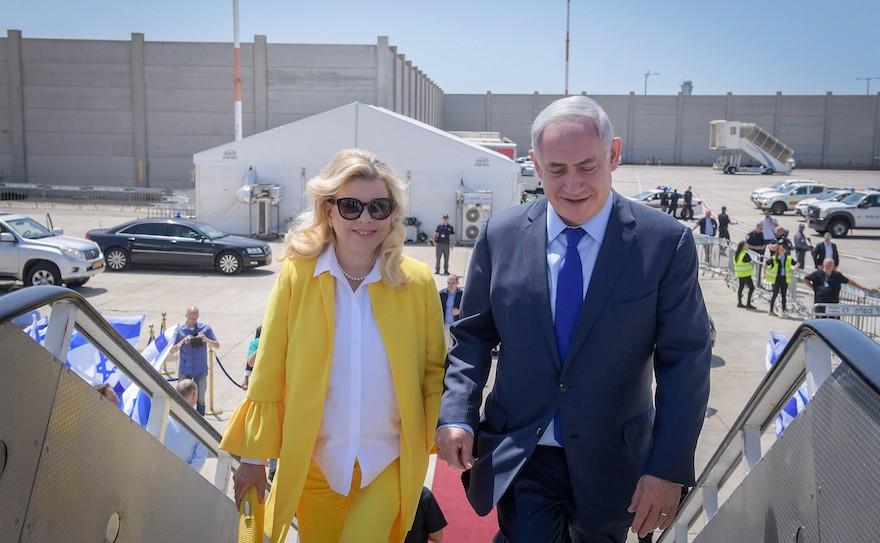 رئيس الوزراء بينيامين نتنياهو وزوجته سارة في طريقهما إلى اليونان في رحلة رسمية ليومين، 14 يونيو، 2017. (Amos Ben Gershom/Israeli Government Press Office/Flash90)