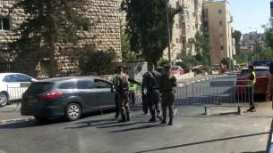 الشرطة تحرس خارج موكب الفخر في القدس، 3 اغسطس 2017 (Joshua Davidovich/Times of Israel)