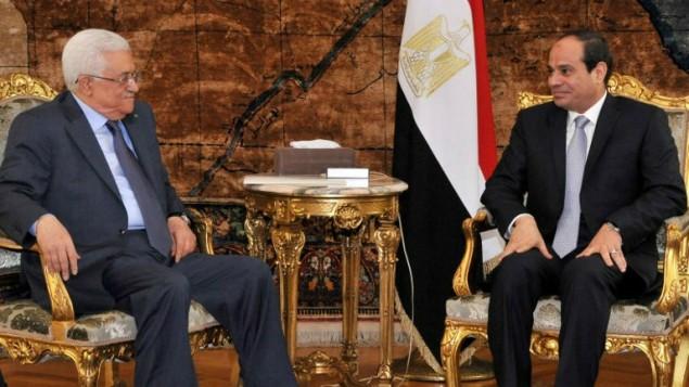 الرئيس المصري عبد الفتاح السيسي (من اليمين) خلال لقاء مع رئيس السلطة الفلسطينية محمود عباس (من اليسار) في العاصمة المصرية القاهرة، 17 يوليو، 2014. (AFP/ HO /Egyptian Presidency)