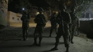صورة توضيحية: جنود إسرائيليون ينفذون مداهمات في قرية يطا في الضفة الغربية، بالقرب من الخليل، 3 أغسطس، 2017. (IDF Spokesperson's Unit)
