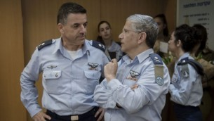 الميجر جنرال عميكام نوركين، من اليسار، يحل محل الميجر جنرال أمير إيشل قائدا لسلاح الجو الإسرائيلي في مراسم أجريت في مقر الجيش في تل أبيب، 10 أغسطس، 2017. (الجيش الإسرائيلي)