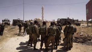 جنود إسرائيليون خارج قرية يطا، القريبة من الخليل، في الضفة الغربية، 3 أغسطس، 2017. (IDF Spokesperson's Unit)