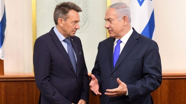 رئيس الوزراء بنيامين نتيناهو يلتقي ببيتر ماورير، رئس اللجنة الدولية للصليب الاحمر، في مكتب رئيس الوزراء في القدس، 6 سبتمبر 2017 (Kobi Gideon/GPO)