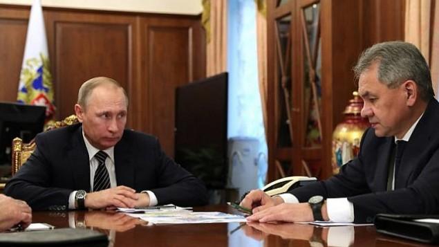 الرئيس الروسي فلاديمير بوتين (من اليسار) يتحدث مع وزير دفاعه سيرغي شويغو خلال اجتماع في الكرملين في موسكو، 29 ديسمبر، 2016. (AFP PHOTO/Sputnik/Michael Klimentyev)