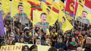 """متظاهرون أكراد يرفعوت لافتات كُتب عليها """"لا للدكتاتورية"""" وصورا لزعيم حزب العامل الكردستاني، عبد الله أوجلان، وسط مدينة فرانكفورت أم ماين، شمال ألمانيا، 18 مارس، 2017. (AFP Photo/dpa/Boris Roessler)"""