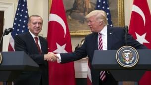 الرئيس الاميركي دونالد ترامب يصافح الرئيس التركي رجب طيب اردوغان خلال مؤتمر صحفي مشترك في البيت الابيض، 16 مايو 2017 (AFP Photo/Saul Loeb)