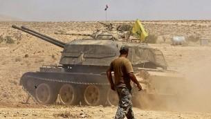 دبابة تحمل علما لمنظمة 'حزب الله' في منطقة مدينة قارة في منطقة القلمون السورية، 28 أغسطس، 2017. (AFP Photo/Louai Beshara)