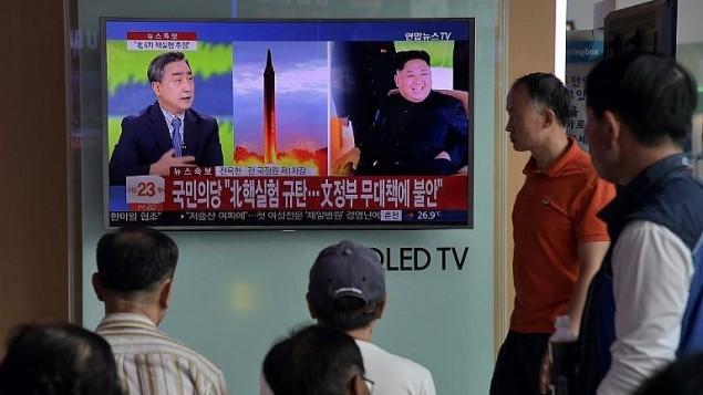 شاشة تلفزيون في محطة قطارات في سيول تظهر برنامج عن تجربة كوريا الشمالية النووية الاخيرة، 3 سبتمبر 2017 (AFP Photo/Ed Jones)