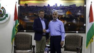رئيس اللجنة الدولية للصليب الاحمر، بيتر ماورير، يصافح قائد حركة حماس في غزة يحيى السنوار خلال لقاء في غزة، 5 سبتمبر 2017 (AFP/MOHAMMED ABED)