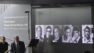 صور بعض الرياضيين الإسرائيليين الذين قُتلوا في القرية الاولمبية في ميونيخ عام 1972، داخل المركز التذكاري في ميونيخ، 6 سبتمبر 2017 (AFP PHOTO / Christof Stache)