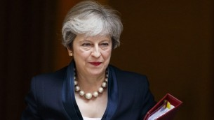 تغادر رئيسة الوزراء البريطانية تيريزا ماي 10 داونينغ ستريت في وسط لندن في 6 سبتمبر 2017، في طريقها إلى مجلس النواب للتحدث في قضايا رئيس الوزراء. (Tolga AKMEN / AFP)