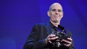 المخرج شموئيل ماعوز يحصل على جائزة 'الأسد الفضي' التي منحتها لجنة التحكيم الكبرى لفيلمه 'فوكستروت' خلال حفل توزيع جوائز مهرجان البندقية السينمائي، 9 سبتبمر، 2017، في ليدو دي فينيتسا. (AFP PHOTO / Tiziana FABI)