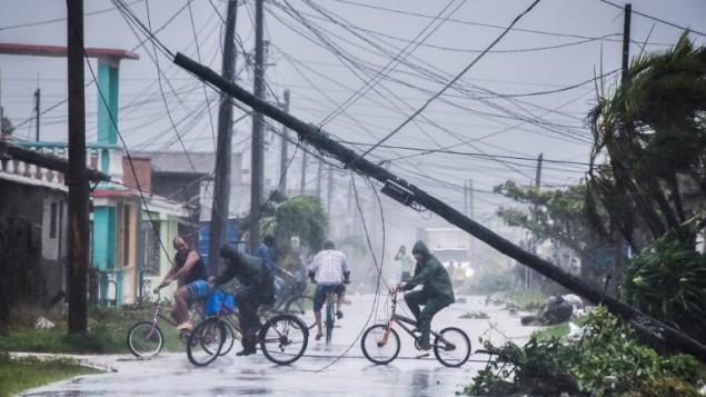 كوبيون يعودون الى منازلهم بعد مرور الاعصار ايرما، 9 سبتمبر 2017 (ADALBERTO ROQUE / AFP)