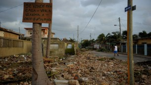 صورة للأضرار التي ألحقها الإعصار إيرمان في العاصمة الكوبية هافانا، 10 سبتمبر، 2017. (AFP PHOTO / YAMIL LAGE)